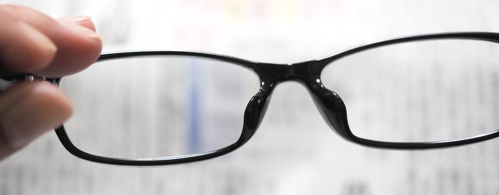 老眼鏡を掛けたら負けな気がして我慢していますが大丈夫?